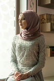 Μουσουλμανική γυναίκα στο μουσουλμανικό τέμενος Στοκ φωτογραφία με δικαίωμα ελεύθερης χρήσης