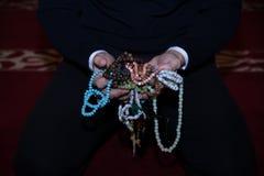 Μουσουλμανική εκμετάλλευση ατόμων tasbih στα χέρια Στοκ Φωτογραφία