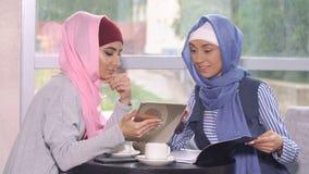 Μουσουλμανική επιχειρησιακή γυναίκα σε μια επιχειρησιακή συνεδρίαση σε έναν καφέ Στοκ Εικόνες