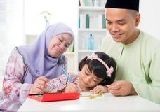 Μουσουλμανική οικογένεια που σύρει και που χρωματίζει Στοκ φωτογραφίες με δικαίωμα ελεύθερης χρήσης