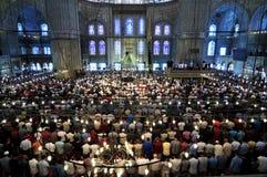 Μουσουλμανική προσευχή Παρασκευής, μπλε μουσουλμανικό τέμενος Τουρκία Στοκ Φωτογραφία