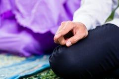 Μουσουλμανικοί ζεύγος, άνδρας και γυναίκα, που προσεύχονται στο σπίτι Στοκ φωτογραφία με δικαίωμα ελεύθερης χρήσης