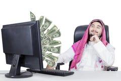 Μουσουλμανικός επιχειρηματίας που φαίνεται χρήματα στο όργανο ελέγχου Στοκ φωτογραφία με δικαίωμα ελεύθερης χρήσης