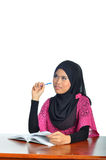 Μουσουλμανικός σπουδαστής με το σημειωματάριο και τη μάνδρα Στοκ φωτογραφία με δικαίωμα ελεύθερης χρήσης