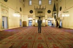 Μουσουλμανικός τύπος μέσα στο μουσουλμανικό τέμενος Στοκ εικόνα με δικαίωμα ελεύθερης χρήσης