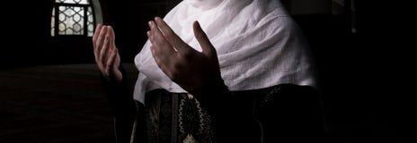 Μουσουλμανικός womaan προσεύχεται στο μουσουλμανικό τέμενος Στοκ Φωτογραφία