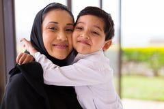 Μουσουλμανικό αγόρι που αγκαλιάζει τη μητέρα Στοκ φωτογραφίες με δικαίωμα ελεύθερης χρήσης
