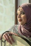 Μουσουλμανικό κορίτσι με το όργανο sufi Στοκ Φωτογραφίες