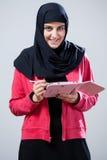 Μουσουλμανικό κορίτσι που χρησιμοποιεί την ταμπλέτα Στοκ Φωτογραφίες