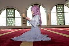 Μουσουλμανικό κορίτσι στην επίκληση μουσουλμανικών τεμενών Στοκ Φωτογραφίες