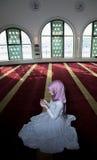 Μουσουλμανικό κορίτσι στην επίκληση μουσουλμανικών τεμενών Στοκ Εικόνες