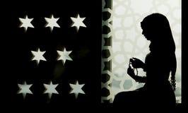 Μουσουλμανικό κορίτσι στη σκιαγραφία μουσουλμανικών τεμενών Στοκ φωτογραφία με δικαίωμα ελεύθερης χρήσης