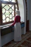 Μουσουλμανικό κορίτσι στο μουσουλμανικό τέμενος Στοκ Φωτογραφίες