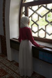 Μουσουλμανικό κορίτσι στο μουσουλμανικό τέμενος Στοκ φωτογραφίες με δικαίωμα ελεύθερης χρήσης