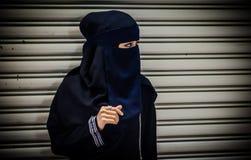 Μουσουλμανικό πρότυπο με το μαύρο πέπλο και το μαύρο φόρεμα Στοκ εικόνα με δικαίωμα ελεύθερης χρήσης