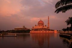 Μουσουλμανικό τέμενος και Putra Perdana Putra στο ηλιοβασίλεμα Στοκ εικόνες με δικαίωμα ελεύθερης χρήσης