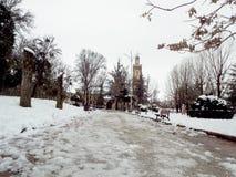 Μουσουλμανικό τέμενος καλυμμένο στο κήπος χιόνι Στοκ Φωτογραφία