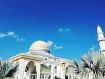 Μουσουλμανικό τέμενος με το μπλε ουρανό Στοκ Εικόνα