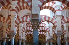 Μουσουλμανικό τέμενος της λεπτομέρειας αψίδων και στηλών λεπτομέρειας της Κόρδοβα Στοκ Εικόνες