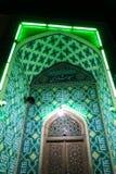 Μουσουλμανικό τέμενος τη νύχτα με τα πράσινα φώτα Στοκ εικόνα με δικαίωμα ελεύθερης χρήσης