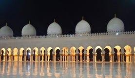 Μουσουλμανικό τέμενος του Αμπού Ντάμπι τη νύχτα Στοκ Εικόνα