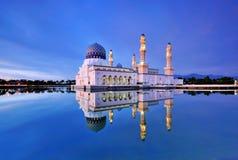 Μουσουλμανικό τέμενος Kinabalu Kota στην μπλε ώρα Στοκ Φωτογραφία