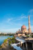 Μουσουλμανικό τέμενος Putra ή ρόδινο masjid σε Putrajaya, Μαλαισία Στοκ Εικόνες