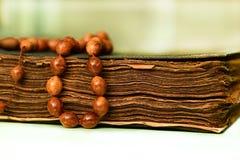 Μουσουλμανικό rosary στο koran Στοκ εικόνα με δικαίωμα ελεύθερης χρήσης