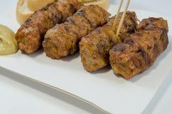 Μουστάρδα ρόλων κρέατος ψωμιού Στοκ φωτογραφία με δικαίωμα ελεύθερης χρήσης