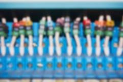 Μουτζουρωμένα ηλεκτρικά καλώδια που συνδέονται με τους αριθμημένους ηλεκτρονόμους Στοκ φωτογραφία με δικαίωμα ελεύθερης χρήσης