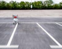 Μουτζουρωμένα κάρρα αγορών κινήσεων σε έναν κενό χώρο στάθμευσης Στοκ εικόνα με δικαίωμα ελεύθερης χρήσης