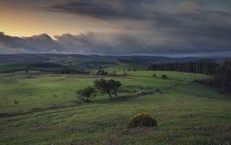 Μουτζουρωμένα σύννεφα σούρουπου πέρα από τη βρετανική επαρχία στοκ φωτογραφία
