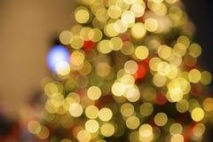 Μουτζουρωμένες κόκκινες σφαίρες Χριστουγέννων στο τεχνητό χριστουγεννιάτικο δέντρο Christma Στοκ Φωτογραφίες