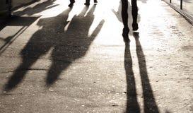 Μουτζουρωμένες σκιές και σκιαγραφίες στο πεζοδρόμιο πόλεων Στοκ Φωτογραφία