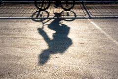 Μουτζουρωμένες σκιαγραφία και σκιά ποδηλατών Στοκ Φωτογραφίες