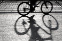 Μουτζουρωμένες σκιαγραφία και σκιά ποδηλατών Στοκ εικόνα με δικαίωμα ελεύθερης χρήσης