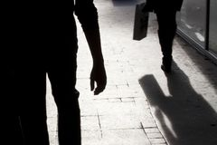 Μουτζουρωμένες σκιαγραφία και σκιές του περπατήματος δύο ατόμων Στοκ φωτογραφία με δικαίωμα ελεύθερης χρήσης