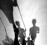 Μουτζουρωμένη σκιαγραφία σκιών ενός ανώτερου προσώπου με το stics περπατήματος Στοκ Φωτογραφίες