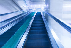 Μουτζουρωμένη σύγχρονη κυλιόμενη σκάλα Στοκ εικόνα με δικαίωμα ελεύθερης χρήσης