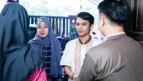 Μουτζουρωμένος στενός επάνω πυροβολισμός των μουσουλμανικών εγχώριων αγκαλιασμάτων οικογενειών και φίλων ζευγών επισκεπτόμενων κα στοκ εικόνες με δικαίωμα ελεύθερης χρήσης
