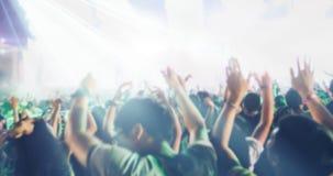 Μουτζουρωμένος των σκιαγραφιών του πλήθους συναυλίας σε οπισθοσκόπο του φεστιβάλ Στοκ Εικόνες