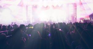 Μουτζουρωμένος των σκιαγραφιών του πλήθους συναυλίας σε οπισθοσκόπο του φεστιβάλ Στοκ εικόνα με δικαίωμα ελεύθερης χρήσης