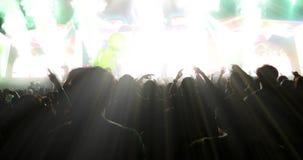 Μουτζουρωμένος των σκιαγραφιών του πλήθους συναυλίας σε οπισθοσκόπο του φεστιβάλ Στοκ Φωτογραφίες