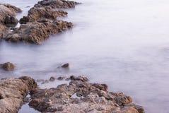 Μουτζουρωμένος ωκεανός μεταξύ των βράχων Στοκ φωτογραφίες με δικαίωμα ελεύθερης χρήσης