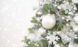 Μουτζουρωμένο λαμπιρίζοντας υπόβαθρο Χριστουγέννων και διακοσμημένο δέντρο έλατου με το copyspace Στοκ φωτογραφία με δικαίωμα ελεύθερης χρήσης