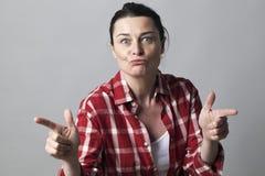 Μουτρώνοντας όμορφη γυναίκα για τη θηλυκή έννοια δύναμης και αποπλάνησης Στοκ Εικόνα