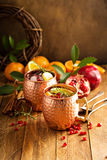 Μουλάρι της Μόσχας Χριστουγέννων με το ρόδι και το πορτοκάλι στοκ φωτογραφία με δικαίωμα ελεύθερης χρήσης