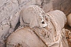 Μούμια που τυλίγεται αρχαία στο ύφασμα Στοκ φωτογραφίες με δικαίωμα ελεύθερης χρήσης