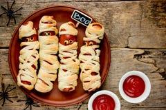 Μούμιες λουκάνικων στο τρομακτικό κόμμα εορτασμού τροφίμων αποκριών ζύμης στοκ εικόνα
