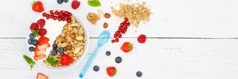 Μούρα δημητριακών φραουλών γιαουρτιού φρούτων προγευμάτων Muesli bann Στοκ Εικόνες